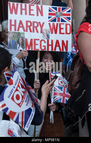 "Royal Wedding Prince Harry Meghan Markle  19 May 2018 excited women girls tourists people in crowd with  ""Harry Wed Meghan"" banner   Windsor watching procession  HOMER SYKES - Stock Photo"