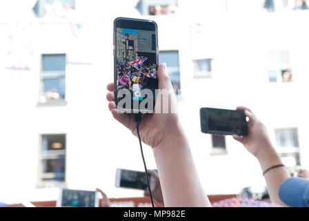 People in crowd with mobile devises using iphones to record events. Royal Wedding Prince Harry Meghan Markle the Duke and Duchess of Sussex 19th 19 May 2018 HOMER SYKES - Stock Photo