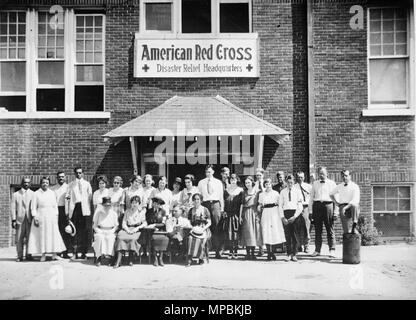 Headquarters staff, American Red Cross Disaster Relief Headquarters, Tulsa, Oklahoma after the race riot of June 1921 - Stock Photo