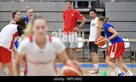 Prague, Czech Republic. 22nd May, 2018. Coach DJ Sackmann (2nd right) trains the Czech Republic women´s national basketball team during the Day for media in Prague, Czech Republic, May 22, 2018. Coach of Czech Team Stefan Svitek (centre) looks at the training session. Credit: Michal Kamaryt/CTK Photo/Alamy Live News - Stock Photo