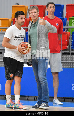 Prague, Czech Republic. 22nd May, 2018. Coach DJ Sackmann (left) trains the Czech Republic women´s national basketball team during the Day for media and speaks with coach Michal Jezdik (centre) in Prague, Czech Republic, May 22, 2018. Coach of Czech Team Stefan Svitek (right) looks at the training session. Credit: Michal Kamaryt/CTK Photo/Alamy Live News - Stock Photo