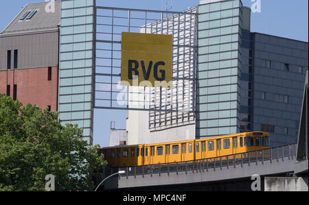 22 May 2018, Germany, Berlin: A U-Bahn train drives past the German Museum of Technology in the direction of the station Warschauer Strasse. Photo: Soeren Stache/dpa/ZB - Stock Photo