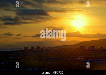 Glasgow, Scotland, UK 22ndh May.UK Weather: Sunny weather giving way to cloud sees a spectacular sunset in the west of the city over the Kilpatrick hills with Drumchapel  Hardgate and Faifley in shadow. The towers of Clydebank in front of Erskine bridge become mere silhouettes.  Gerard Ferry/Alamy news - Stock Photo