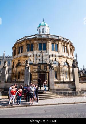 Tourists outside,The Sheldonian Theatre, University of Oxford, Oxfordshire, UK, England, UK, GB. - Stock Photo