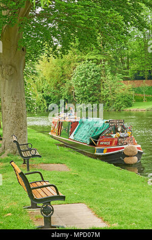 Stratford upon Avon and a traditional canal narrow boat moored on the River Avon. - Stock Photo