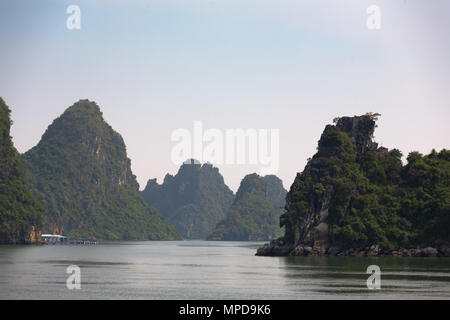 Spectacular scenery in Ha Long Bay, north of Cat Ba Island, Quảng Ninh Province, Viet Nam - Stock Photo