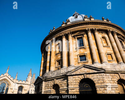 Radcliffe Camera Reference Library, with All Souls College in the Background, University of Oxford, Radcliffe Square, Oxford, Oxfordshire, England. - Stock Photo