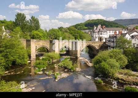 The bridge in Llangollen one of the Seven Wonders of Wales built in 16th century it is the main crossing point over the River Dee or Afon Dyfrdwy - Stock Photo