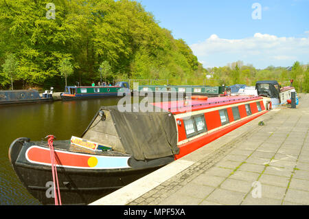 Hudderfield Narrow Canal barges used as homes in Greenfield on Saddleworth - Stock Photo