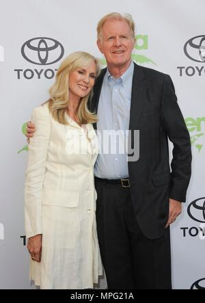 Beverly Hills, CA. 22nd May, 2018. Ed Begley Jr., wife at arrivals for 28th Annual Environmental Media Association Awards, The Montage Beverly Hills, Beverly Hills, CA May 22, 2018. Credit: Elizabeth Goodenough/Everett Collection/Alamy Live News - Stock Photo