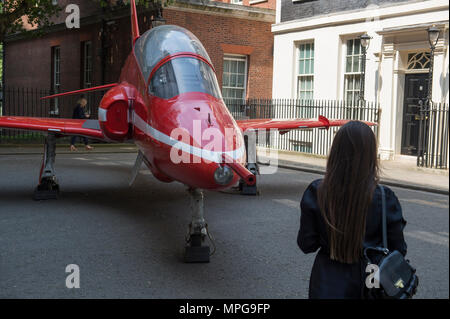 Downing Street, London, UK. 23 May 2018. Royal Air Force Red Arrows Hawk jet in Downing Street to commemorate RAF100, the RAF Centenary. Credit: Malcolm Park/Alamy Live News. - Stock Photo