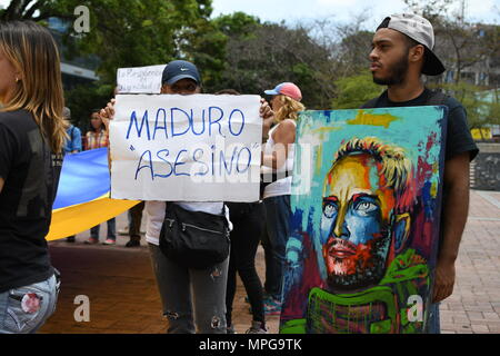 Caracas, Venezuela. 23rd May 2018. Demonstrators seen holding placards during the protest. People took to the street to protest in Sadel Plaza in the city of Caracas. They demand the resignation of president Maduro elected last sunday during an election called by the opposition as a fraud. Credit: SOPA Images Limited/Alamy Live News - Stock Photo