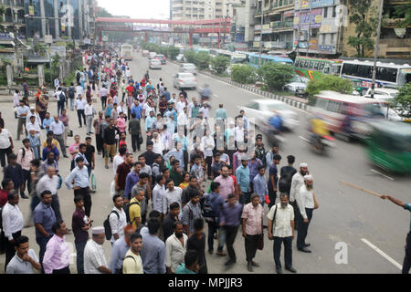 Dhaka, Bangladesh. Residents wait for public transports to go home during the Ramadan in Dhaka, Bangladesh on May 23, 2018.  Last 10 years in Dhaka, average traffic speed has dropped from 21 km/hour to 7 km/hour, only slightly above the average walking speed. Congestion in Dhaka eats up 3.2 million working hours per day according to static reports.  © Rehman Asad/Alamy Stock Photo - Stock Photo