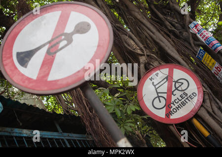 India, West Bengal, Kolkata, Road signs for no horns and no cycling on Park Street. - Stock Photo