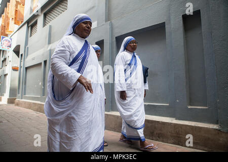 India, West Bengal, Kolkata, Missionaries of Charity sisters and nuns in the street outside the Mother's House. - Stock Photo