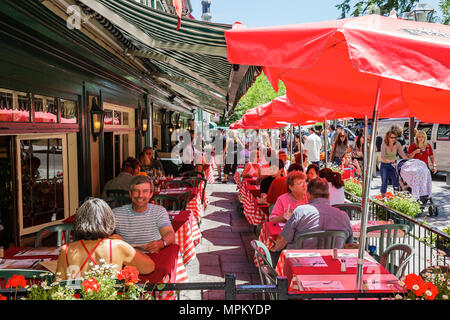 Quebec City Canada Upper Town Rue Sainte Anne Le Relais De La Place D'armes restaurant umbrellas alfresco dining - Stock Photo