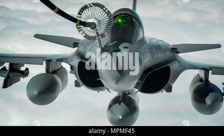 A French air force Dassault Rafale refuels from a U.S. Air Force KC-10 Extender from the 908th Expeditionary Air Refueling Squadron before conducting an aerial refuel during a Combined Joint Task Force - Operation Inherent Resolve mission March 22, 2017. Equipped with a wide range of weapons, the Rafale is intended to perform air supremacy, interdiction, aerial reconnaissance, ground support, in-depth strike, anti-ship strike and nuclear deterrence missions (U.S. Air Force photo by Senior Airman Joshua A. Hoskins - Stock Photo