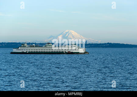 Edmonds–Kingston Ferry - A ferry is on route crossing Puget Sound between Edmonds and Kingston, with Mount Rainier and Seattle Downtown in background. - Stock Photo