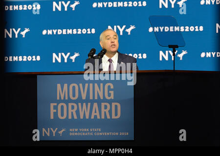 Long Island, USA. 23rd May, 2018. New York State Comptroller THOMAS P. DiNAPOLI gives speech, accepting party nomination, during Day 1 of New York State Democratic Convention, held at Hofstra University on Long Island. MOVING FORWARD slogan is on poster. Credit: Ann E Parry/Alamy Live News - Stock Photo