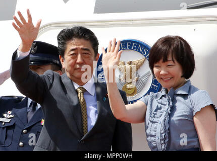 Tokyo, Japan. 24th May, 2018. Japanese Prime Minister Shinzo Abe (L) accompanied by his wife Akie (R) waves his hand as he leaves the Tokyo International Airport to Russia in Tokyo on Thursday, May 24, 2018. Abe will have meeting with Russian President Vladimir Putin. Credit: Yoshio Tsunoda/AFLO/Alamy Live News - Stock Photo