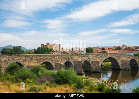 Bridge over river Tormes and overview of the village. El Barco de Avila, Avila province, Castilla Leon, Spain. - Stock Photo