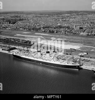 RMS 'Mauretania' at the New Docks (Western Docks), Southampton, Hampshire, 1949. Artist: Aerofilms. - Stock Photo