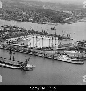 Empress and Ocean Docks, Southampton, Hampshire, 1961. Artist: Aerofilms. - Stock Photo