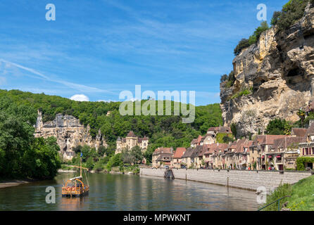 Excursion boat on the River Dordogne in La Roque Gageac, Dordogne, France - Stock Photo