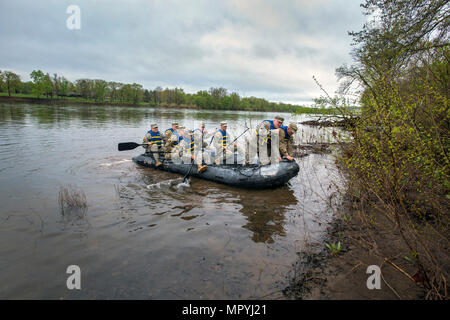 U.S. Army National Guard Soldiers and noncommissioned officers from the six New England states, New Jersey, and New York land at Washington Crossing State Park, Titusville, N.J., after crossing the Delaware River in a combat rubber raiding craft during the Region 1 Competition Best Warrior Competition April 26, 2017. The Guardsmen reenacted Gen. George Washington's crossing of the Delaware River, which occurred on the night of December 25–26, 1776, during the American Revolution, and was part of a surprise attack against the Hessian forces in Trenton, N.J., on Dec. 26, 1776. Fourteen Soldiers  - Stock Photo