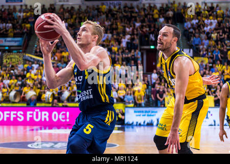 Ludwigsburg, Deutschland. 24th May, 2018. Ludwigsburg, Germany 24 May 2018: BBL Playoff Sp.2 - HF - MHP Giants Ludwigsburg vs. Germany. ALBA Berlin v.li. Niels Giffey (Alba Berlin), Adam Waleskowski (Ludwigsburg) | usage worldwide Credit: dpa/Alamy Live News - Stock Photo
