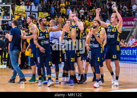 Ludwigsburg, Deutschland. 24th May, 2018. Ludwigsburg, Germany 24 May 2018: BBL Playoff Sp.2 - HF - MHP Giants Ludwigsburg vs. Germany. ALBA Berlin the team of ALBA Berlin, final jubilation/Schlu? Jubel/Emotion/Freude/| usage worldwide Credit: dpa/Alamy Live News - Stock Photo