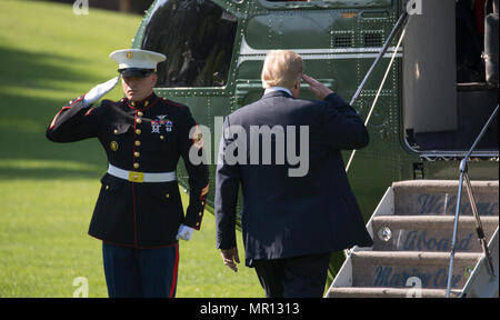 United States President Donald J. Trump departs The White House in Washington, DC to participate in the United States Naval Academy Graduation and Commissioning Ceremony in Annapolis MD, May 25, 2018. Credit: Chris Kleponis / CNP | usage worldwide - Stock Photo