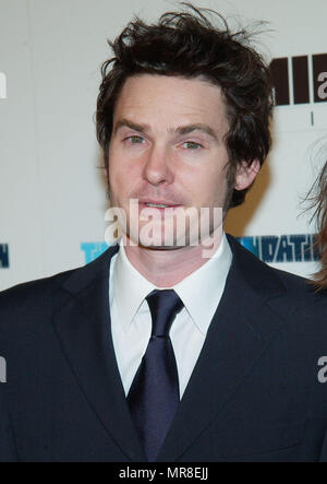 Henry Thomas arriving at the L.A. Screening of: Gangs Of New York at the Director Guild Of America Theatre in Los Angeles. December 17, 2002.  ThomasHenry041 Red Carpet Event, Vertical, USA, Film Industry, Celebrities,  Photography, Bestof, Arts Culture and Entertainment, Topix Celebrities fashion /  Vertical, Best of, Event in Hollywood Life - California,  Red Carpet and backstage, USA, Film Industry, Celebrities,  movie celebrities, TV celebrities, Music celebrities, Photography, Bestof, Arts Culture and Entertainment,  Topix, headshot, vertical, one person,, from the year , 2002, inquiry ts - Stock Photo