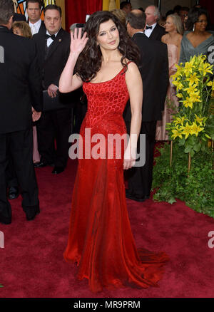 Catherine Zeta-Jones arrives at the 76th Academy Awards - Oscars 2004 - at the Kodak Theatre in Los Angeles. February 29, 2004.Zeta-JonesCatherine184 Red Carpet Event, Vertical, USA, Film Industry, Celebrities,  Photography, Bestof, Arts Culture and Entertainment, Topix Celebrities fashion /  Vertical, Best of, Event in Hollywood Life - California,  Red Carpet and backstage, USA, Film Industry, Celebrities,  movie celebrities, TV celebrities, Music celebrities, Photography, Bestof, Arts Culture and Entertainment,  Topix, vertical, one person,, from the year , 2003, inquiry tsuni@Gamma-USA.com  - Stock Photo