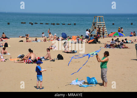 Chicago Illinois, USA - May 25 2018: The North Avenue Beach on Chicago's north side is crowded with bathers for the start of the long Memorial Day weekend as air temperatures approach 90 deg. (F), 32 deg. (C.) But most are staying out of the water as Lake Michigan is a cold 50 deg. (F), 10 deg. (C.) Credit: D Guest Smith/Alamy Live News - Stock Photo