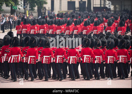 The Mall, London, UK. 26 May, 2018. Major General's Review is held in sweltering heat, the penultimate rehearsal for the Queen's Birthday Parade, also known as Trooping the Colour. 1400 soldiers from the Household Division and the King's Troop Royal Horse Artillery take part in this full scale rehearsal. Credit: Malcolm Park/Alamy Live News. - Stock Photo