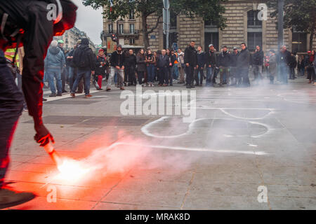 Paris, France - May 26, 2018: 'Marée Populaire' Protesters in the Bastille neighborhood of Paris expressing their anger against French President Macro's government, among other issues. Their main slogan being 'The street is ours'. Some extremist protesters are known as 'breakers', since they vandalise property, throw stones and fight with the riot police Credit: Alexandre Rotenberg/Alamy Live News - Stock Photo