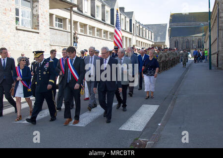 March in remembrance.    MONTEBOURG, France--The commanding general of the 4th Infantry Division leads U.S. Army Soldiers deployed and serving in Europe marching to the World War II monument in Montebourg, France, to commemorate the 73rd anniversary of D-Day, June 3, 2017. More than 100 Soldiers, joined the commanding general, French compatriots and people of Montebourg, during a march from the town center to the memorial wall. Select Soldiers from the 'Fighting Eagles' 1st Battalion, 8th Infantry Regiment of the 3rd ABCT, 4th Inf. Div., participated in the march, the memorial dedication cerem - Stock Photo