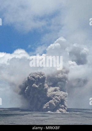 An ash plumes rises thousands of feet at the summit of the Kilauea volcano May 21, 2018 in Pahoa, Hawaii. - Stock Photo