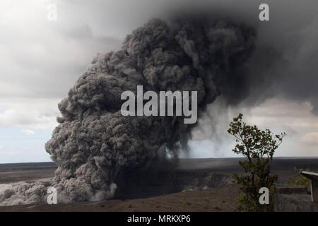 An massive ash plumes rises from the Halemaumau crater at the summit of the Kilauea volcano May 15, 2018 in Pahoa, Hawaii. - Stock Photo