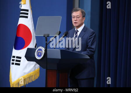 Seoul, South Korea. 27th May, 2018. South Korean President Moon Jae-in delivers a nationally televised speech at the Blue House in Seoul May 27, 2018. Moon said on Sunday that top leader of the Democratic People's Republic of Korea (DPRK) Kim Jong Un and U.S. President Donald Trump both wished the success of their summit 'wholeheartedly.' Moon met with Kim on Saturday at the border village of Panmunjom and with Trump in Washington earlier this week. Credit: Newsis/Xinhua/Alamy Live News - Stock Photo