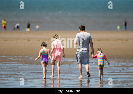 Southport, UK. 27th May, 2018. Sunny Bank Holiday, Southport, Merseyside. 27th May 2018. UK Weather.  People making the most of the bank holiday weekend down at the seaside in Southport enjoying a day of fine warm sunshine and clear blue skies on a gorgeous spring day.  Credit: Cernan Elias/Alamy Live News Credit: Cernan Elias/Alamy Live News - Stock Photo