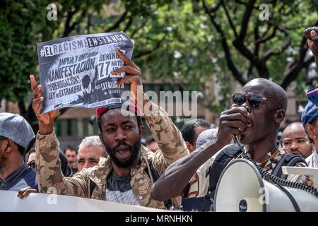 Barcelona, Catalonia, Spain. 27th May, 2018. Two black men are seen during the demonstration.More than 3,000 people have demonstrated in the center of Barcelona to support people who voluntarily take 37 days locked up in the Massana school in Barcelona asking for Spanish nationality without the need to pass any level tests on Spanish culture and language. The protest also extends to the petition to overthrow the immigration law and that regulates detentions and expulsions. Credit: ZUMA Press, Inc./Alamy Live News - Stock Photo