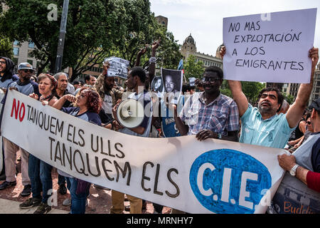 Barcelona, Spain. 27th May, 2018. A group of protesters are seen at the beginning of the demonstration. More than 3,000 people have demonstrated in the center of Barcelona to support people who voluntarily take 37 days locked up in the Massana school in Barcelona asking for Spanish nationality without the need to pass any  level tests on Spanish culture and language.  The protest also extends to the petition to overthrow the immigration law and that regulates detentions and expulsions. Credit: SOPA Images Limited/Alamy Live News - Stock Photo
