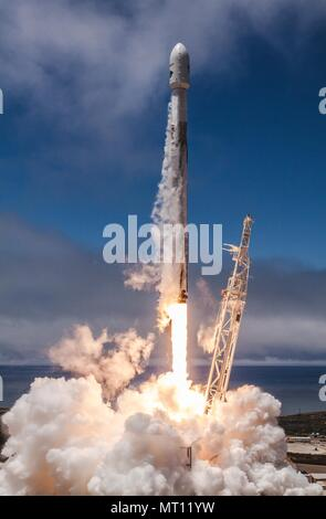 The SpaceX Falcon 9 rocket carrying the NASA German Research Centre for Geosciences GRACE Follow-On spacecraft launches from Space Launch Complex 4E at Vandenberg Air Force Base May 22, 2018 in Vandenberg, California. The GRACE-FO mission is sharing its ride to orbit with five Iridium NEXT communications satellites as part of a commercial ride share agreement. - Stock Photo