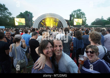 London, UK. 27th May 2018. Festival goers at the All Points East music festival in Victoria Park, East London. Photo: Roger Garfield/Alamy - Stock Photo