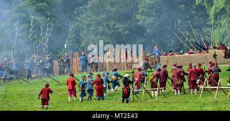 Bristol, UK, 27 May, 2018. British civil war, The Siege of Bristol 375th Anniversary of battles (1645) between Parliamentarians ('Roundheads') and Royalists ('Cavaliers') re-enacted by members of the Sealed Knot in Bristol Ashton Court afternoons of 27 and 28 May 2018, England. Over 2000 re-enactors Credit: Charles Stirling/Alamy Live News - Stock Photo
