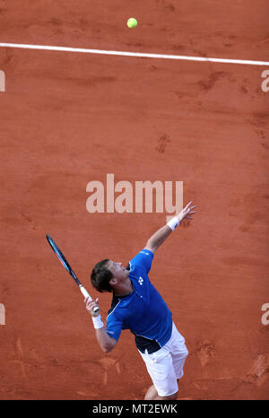 Paris, France. 27th May, 2018. Ricardas Berankis of Lithuania serves the ball during men's singles first round match against Alexander Zverev of Germany at the 2018 French Open in Paris, France, on May 27, 2018. Alexander Zverev won 3-0. Credit: Luo Huanhuan/Xinhua/Alamy Live News - Stock Photo