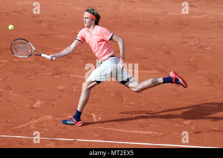 Paris, France. 27th May, 2018. Alexander Zverev of Germany returns a shot during men's singles first round match against Ricardas Berankis of Lithuania at the 2018 French Open in Paris, France, on May 27, 2018. Alexander Zverev won 3-0. Credit: Luo Huanhuan/Xinhua/Alamy Live News - Stock Photo