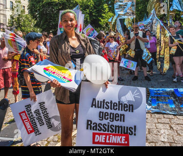 Germany,Berlin-Mitte, 27th May 2018. Shining Demonstration by the 'The Many' against the Nation-wide right-wing AFD demo on the same day. Protesters assembled in Weinberg Park dressed in shining clothes and carrying shiny banners & flags The demonstrators marched from the park through Mitte to the Brandenburg Gate to protest against racism, anti-semitism, Fascism & Nazism. The Many is an association of artists,ensembles and actors who oppose right-wing extremism and stand for democracy  and a diverse Society. credit: Eden Breitz/Alamy Live News - Stock Photo